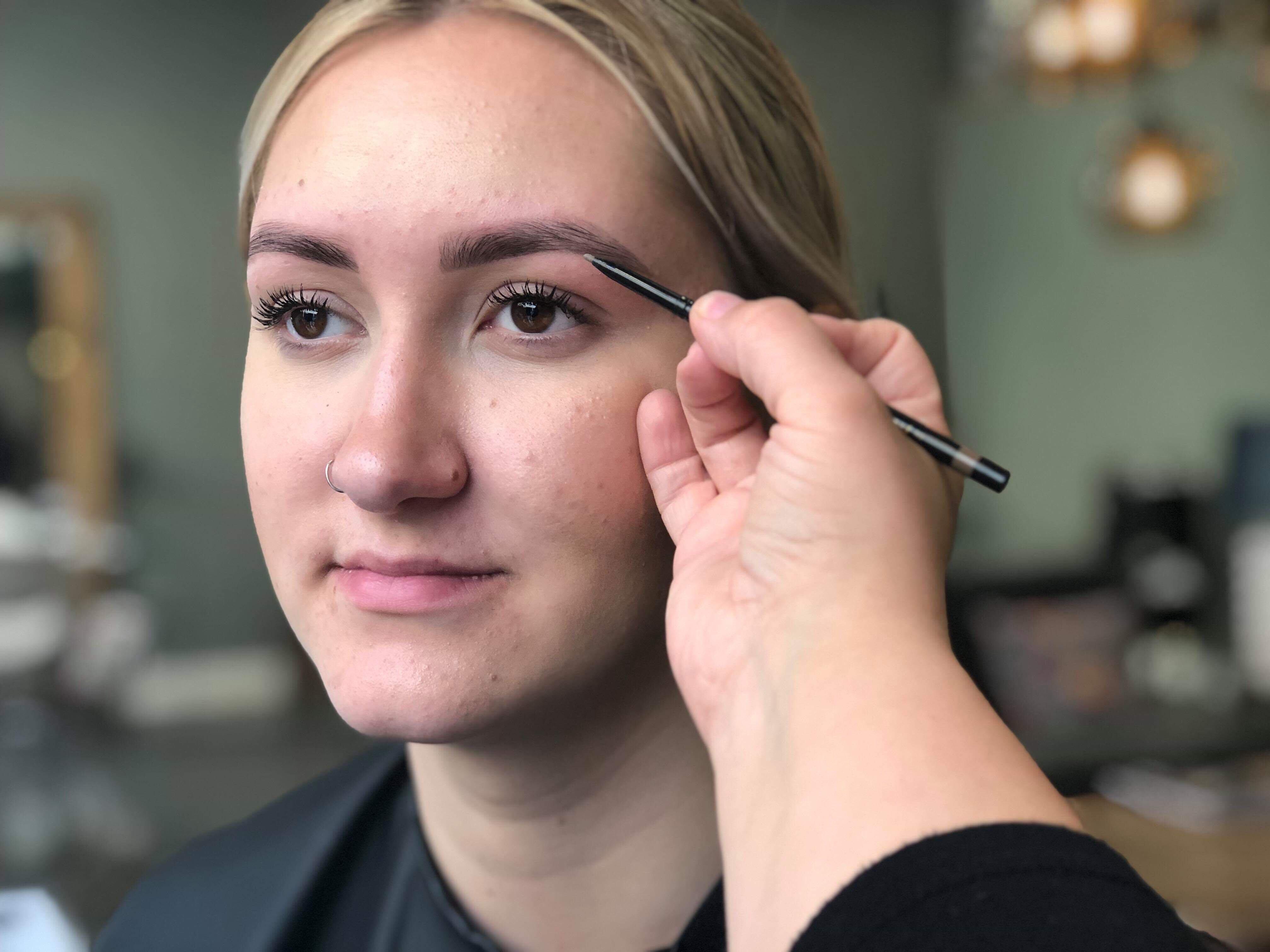 fyller-ut-perfekta-ögonbryn-med-penna-i-underkant