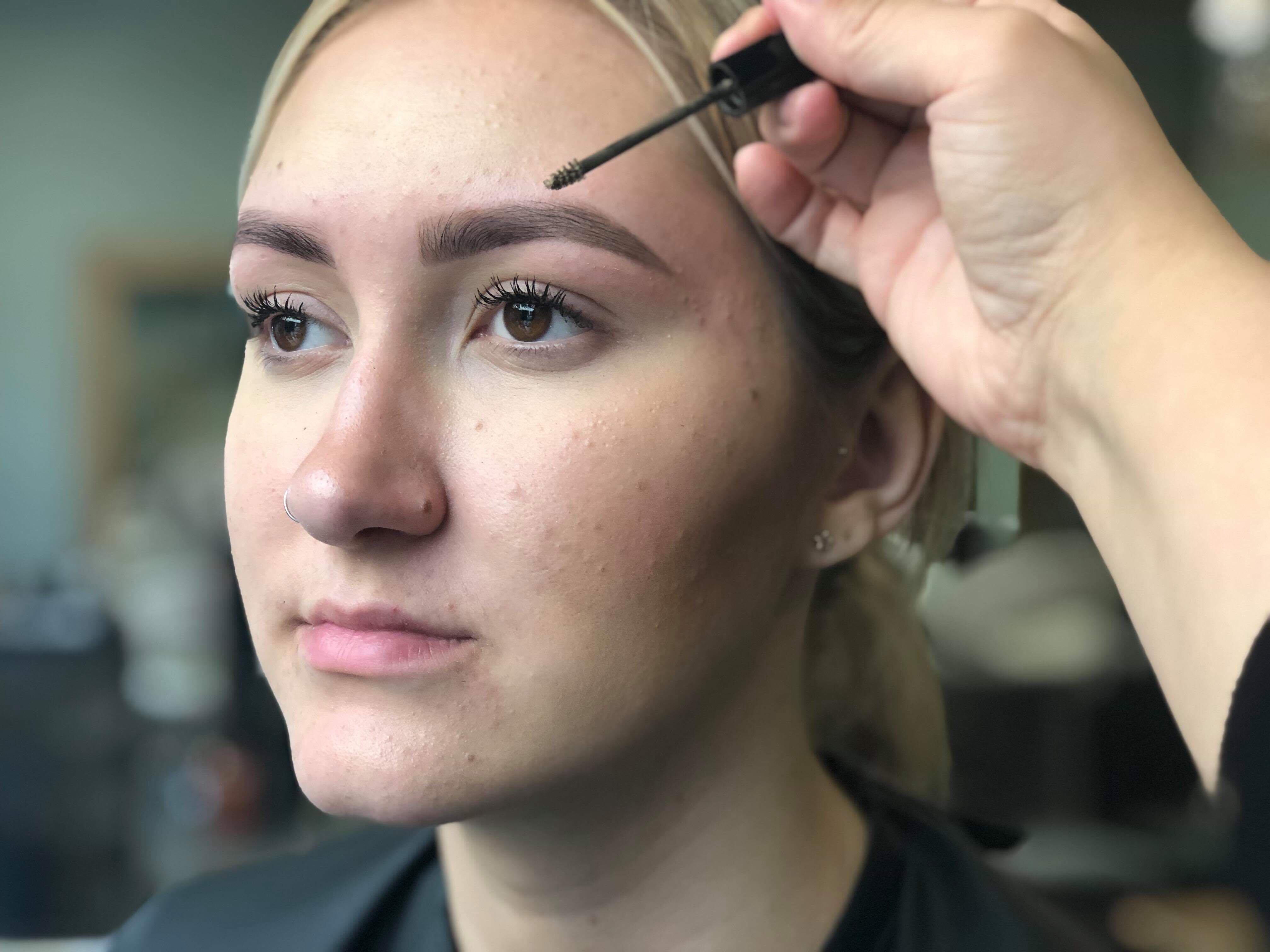perfekta-ögonbryn-applicering-av-gel